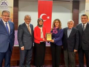 """Prof.Dr. Zeynep Cantürk; """"Aşırı yemek, hareketsizlik obeziteyi tetikliyor."""""""